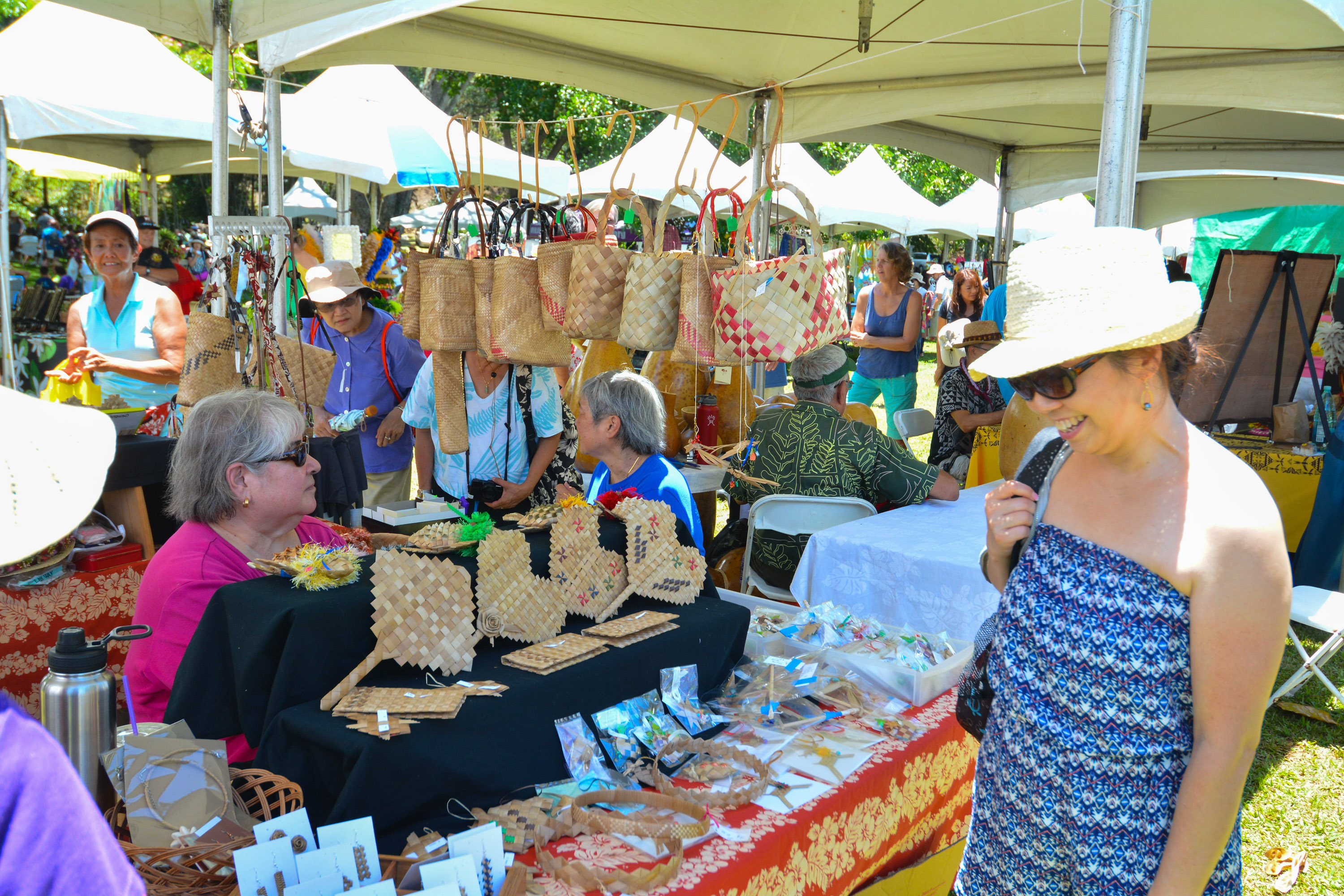 6mp-9606 Crafter displays lauhala bags and accessories